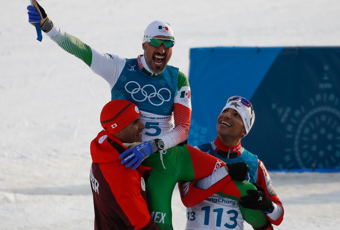 Germán Madrazo con bandera de México en competencia de Olímpicos de Invi...
