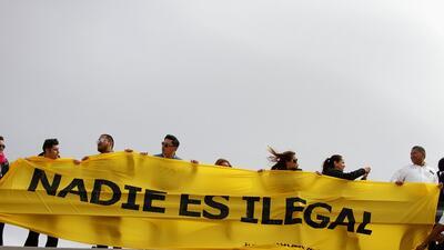 Latinos le levantan a Trump un 'muro' en la frontera para protestar por sus políticas migratorias