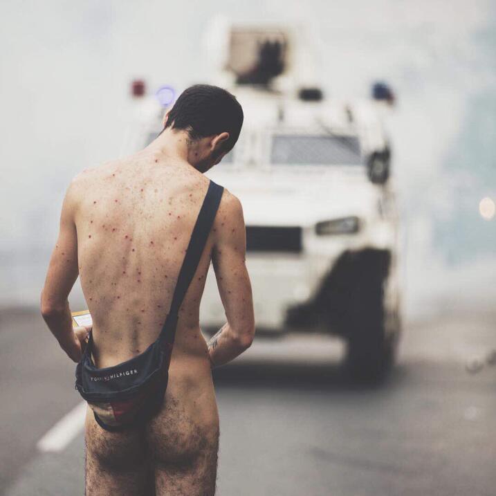 El desafío de un joven desnudo frente a la violencia de la policía en la...