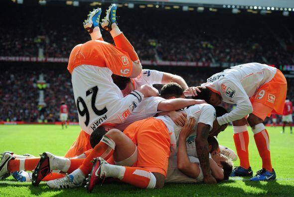Piña del Blackpool para celebrar el gol de la esperanza. Adam, el 26,  s...