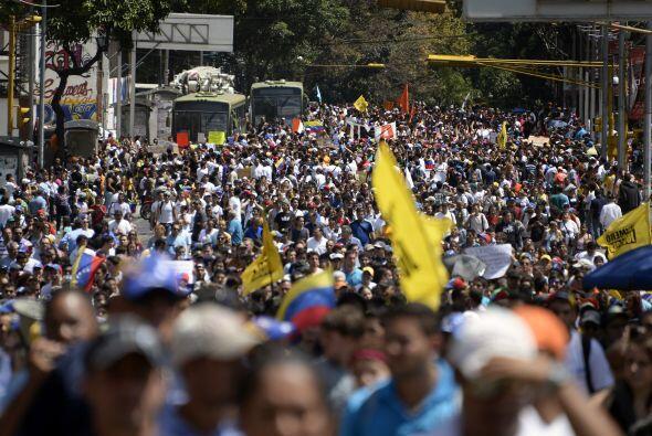 Miles de personas desarmadas toman parte en la protesta.  La bandera ama...