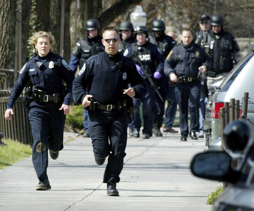 El FBI arresta a un hombre fuertemente armado en Austin que presuntament...