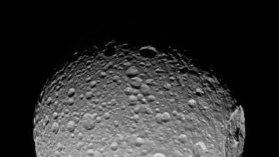 En fotos: Así es Mimas, la luna de Saturno que se parece a la 'Estrella de la Muerte'