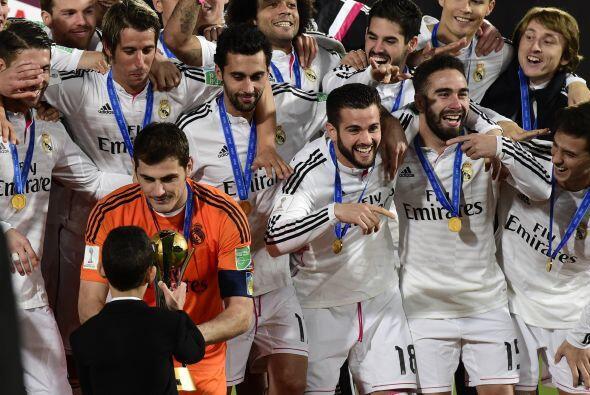 Iker Casillas recibió emocionado el trofeo por parte del príncipe.