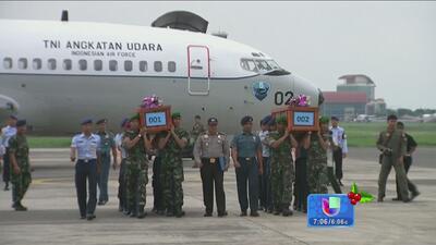 El avión de Air Asia habría caído entero en el mar de Java