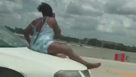 Mujer fue captada sobre el cofre de un auto en movimiento en la carreter...
