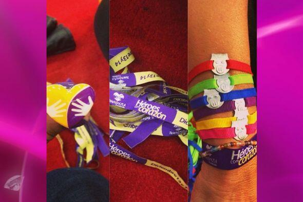 Ale rifo estas pulseras a los que donaron a su alcancía digital.