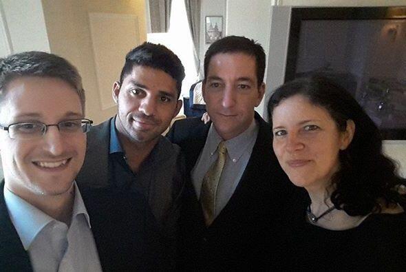 Ed Snowden decidió tomarse una foto con su abogado Glenn Greenwald.