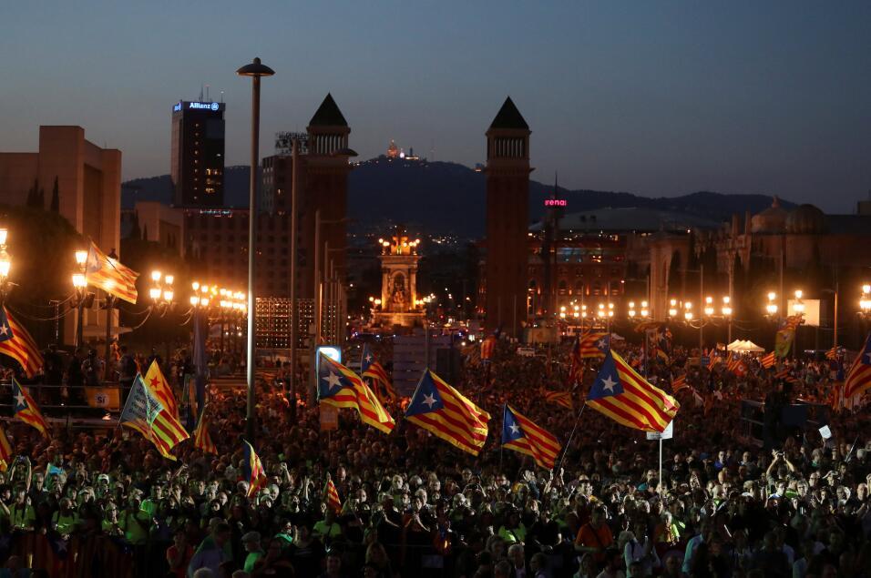 Acto de partidarios independentistas este viernes por la noche en Barcel...