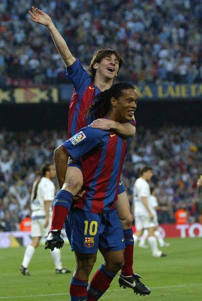 El chaparrito argentino recibió un gran pase picado de Ronaldinho y tamb...