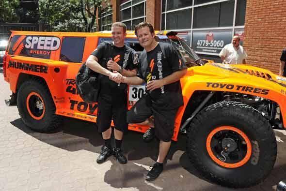 Robby Gordon (izq.) y el co piloto Andy Grider junto a su HUMMER, listos...