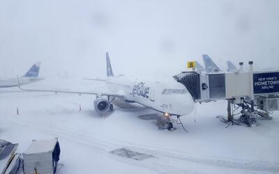 Un avión en el aeropuerto JFK de Nueva York durante el ciclón invernal.