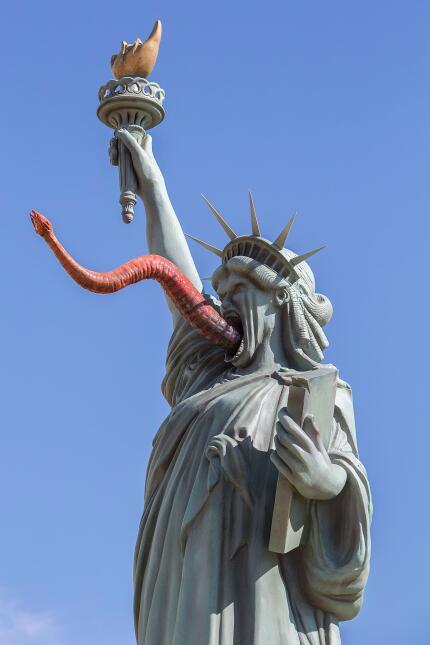 Una Estatua de la Libertad alterada promociona la serie 'The Strain'.