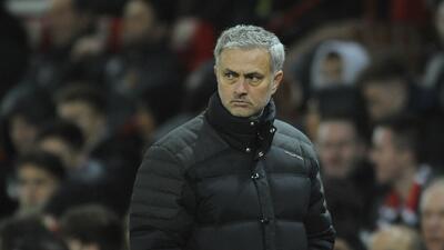 El técnico de Manchester United, José Mourinho, observa un partido contr...