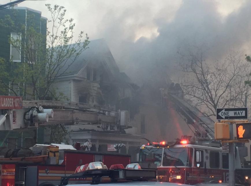 Siete bomberos y otras dos personas recibieron auxilio médico.