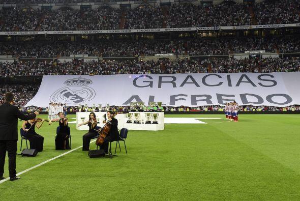 El estadio Santiago Bernabéu no dejó pasar la oportunidad para rendir un...