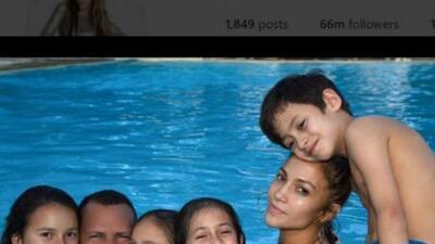 Jennifer Lopez y Alex Rodriguez posan relajados con sus respectivos hijo...