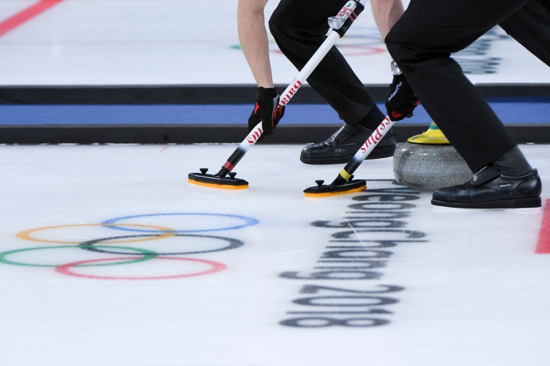 Los daneses Mikkel Poulsen y Oliver Dupont puliendo el hielo para que la...