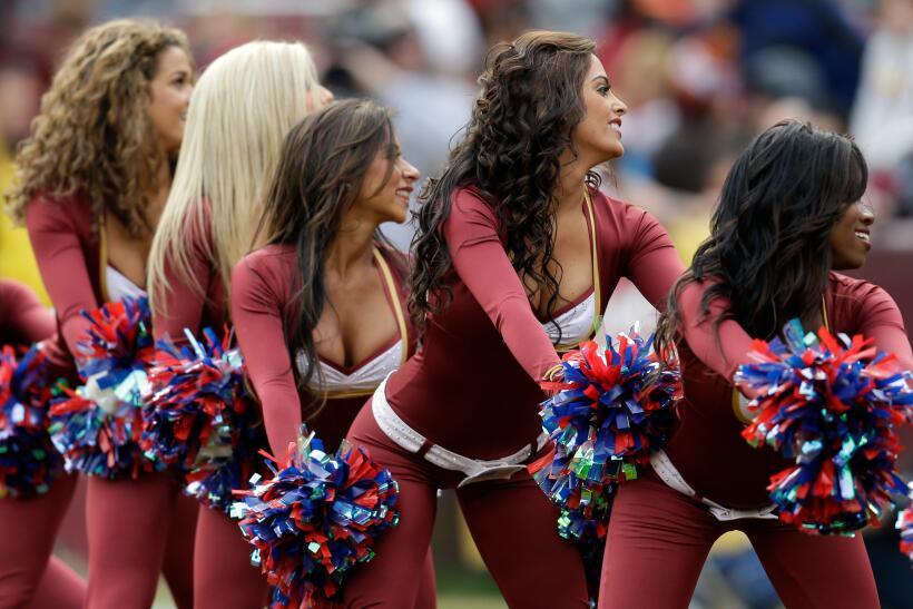 Con el frío las hermosas cheerleaders de la NFL lucen bell&iacute...