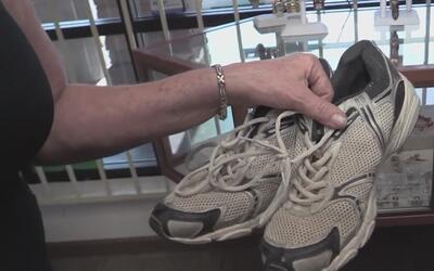 Comunidad dona calzado y ropa para ayudar a los indigentes a protegerse...