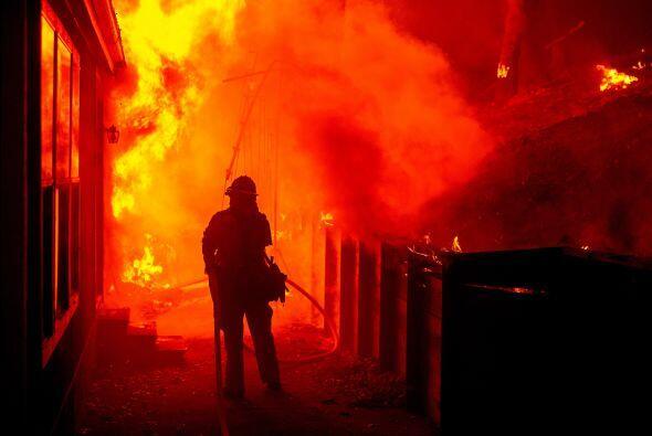 Un bombero intenta sofocar uno de los incendios en Seigler Springs, Cal...