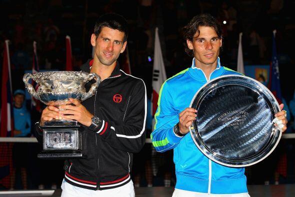 Djokovic y Nadal posando con sus respectivos trofeos.