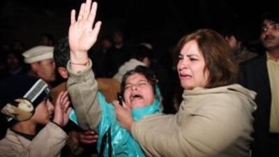 Simpatizantes del gobernador de Punyab, Salman Taseer, lloran tras darse...