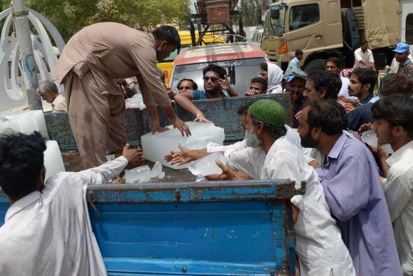 La Autoridad Nacional de Gestión de Desastres ha situado tanques de agua...