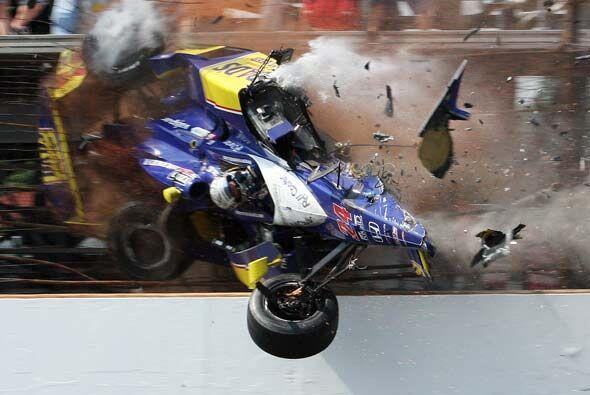 A pesar de que el auto quedó practicamente destruído, el piloto solo suf...