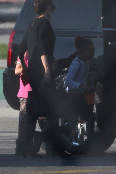 Angelina asegurándose que sus hijos se acomodaran en el vehículo.