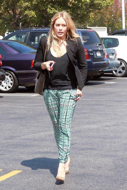 Este tipo de pantalones como el que lleva Hilary Duff es muy cómo...