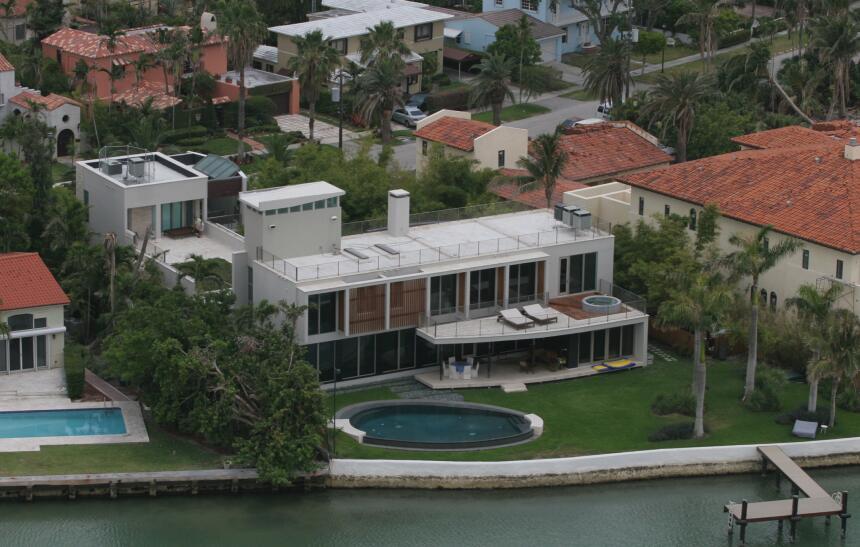 Esta es la mansión donde vive el cantante puertorriqueño en Miami.
