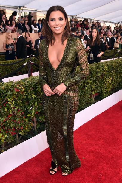 La latina brilló con un vestido verde olivo con transparencias, d...
