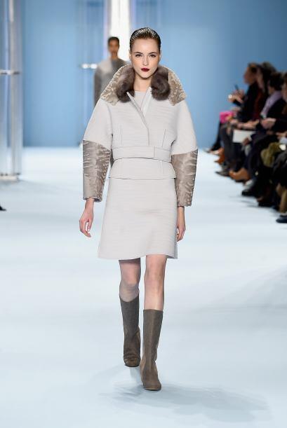 Cuellos altos y detalles de piel, son una opción para combatir el frío d...