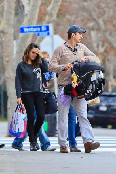 Mila Kunis y Ashton Kutcher cambiaron la moda y los reflectores por algo...