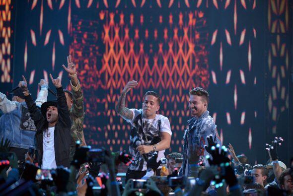 Nicky Jam no estuvo solo. En el escenario lo acompañaron De La Gu...