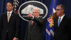 El fiscal general, Jeff Sessions (centro), durante una rueda de prensa e...