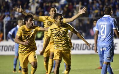 Boca Juniors festeja su gol de último minuto ante Bolívar.