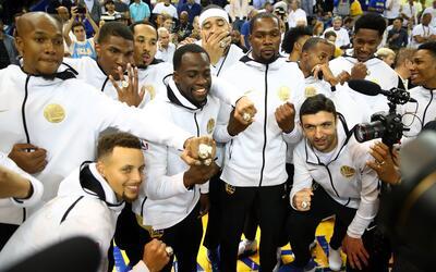 Los actuales campeones de la NBA recibieron sus anillos en medio de la a...