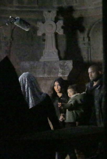 Su visita al viejo monasterio los tiene sumamente atentos.