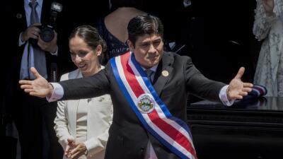 El presidente Carlos Alvarado, de 38 años, y la presidenta de la...