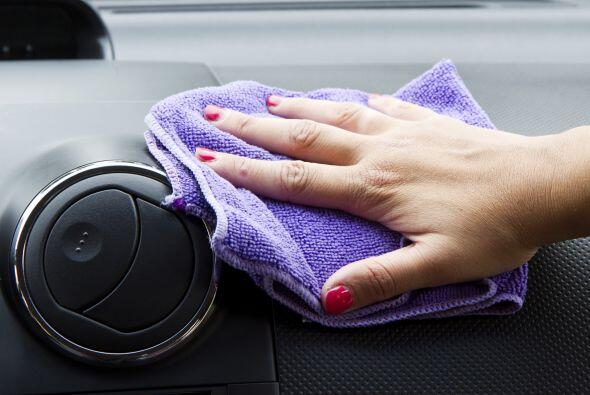 Pasa un trapo con desinfectante por todos los rincones del automó...