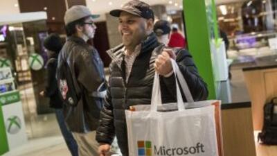 La compañía tecnológica Microsoft vendió más de un millón de unidades de...