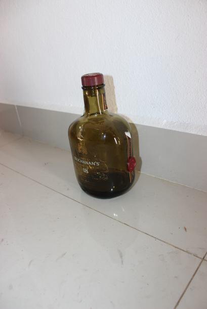 En uno de los rincones de la casa se encontró una botella de Whisky Buch...