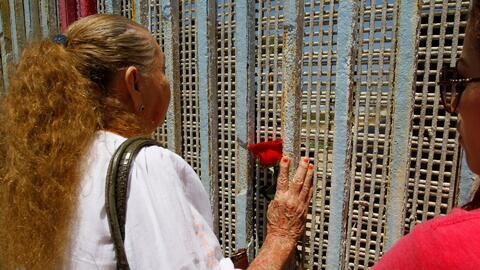 Emotivo reencuentro de familias a través del muro fronterizo