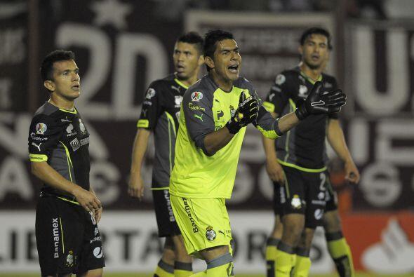 Oswaldo Sánchez no se cansó de dar indicaciones a su defensa para no per...
