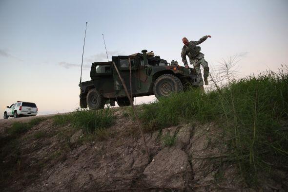 En esta imagen vemos a tropas de la Guardia Nacional de Texas, vigilando...