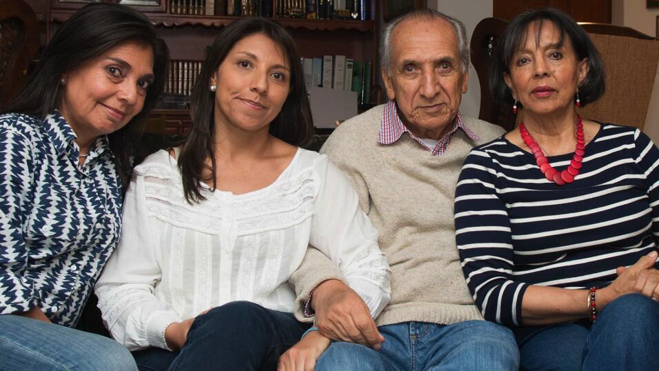 Los padres de Claudia y Carolina les dieron vida dos veces: al procrearl...