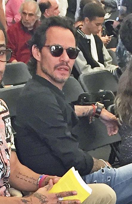 Marc Anthony pareció incómodo al notar que le tomaban fotos, pues quería...