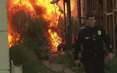 Mientras vecinos luchaban contra un incendio, al otro de la calle la pol...